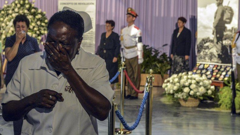 Muchos cubanos salen visiblemente conmocionados después de pasar por el memorial donde se encuentran los restos de Fidel Castro.