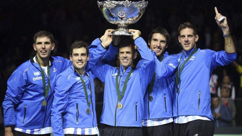 El equipo nacional festeja la conquista de la Ensaladera de Plata.