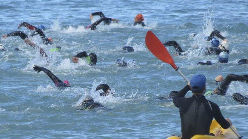 Los nadadores en plena competencia en la costanera local Comandante Espora.