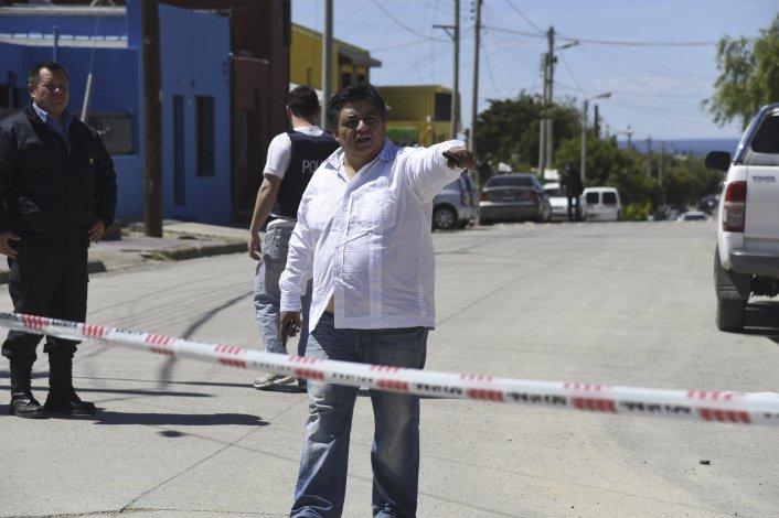 La Brigada de Investigaciones y personal policial de la Seccional Cuarta encintó el sector en donde ocurrió la agresión. También buscaron testimonios entre los vecinos.