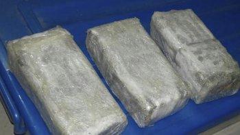 El dinero, la droga y las armas incautadas durante los allanamientos.