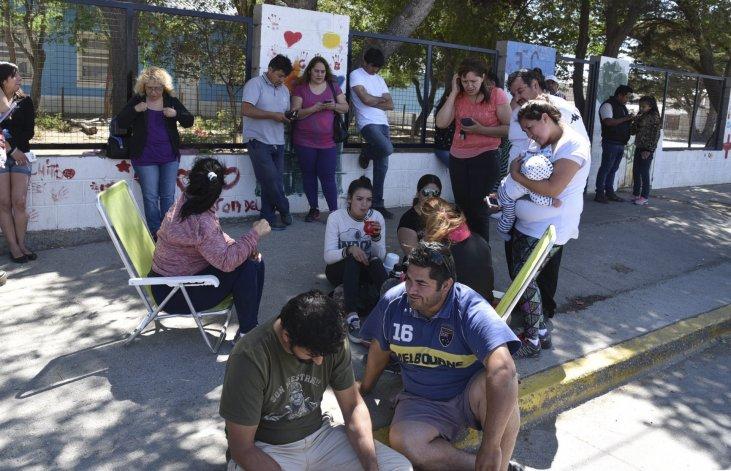 Gran cantidad de padres aguardarán durante nueve días en el acceso al edificio de la Escuela 14