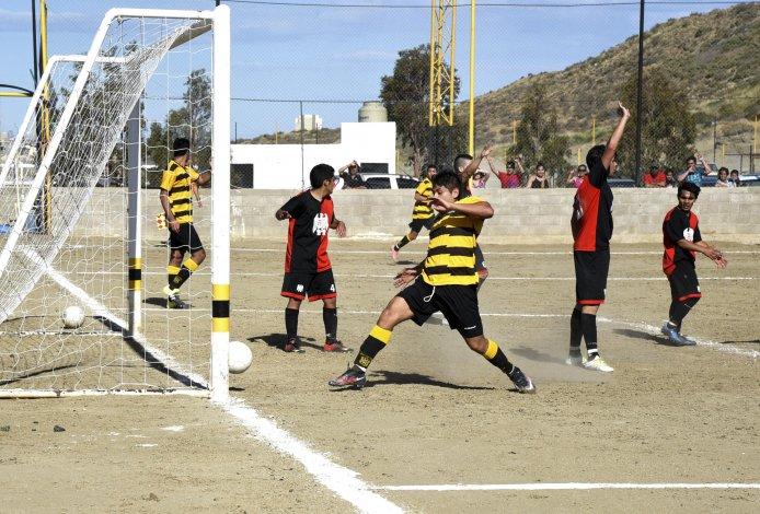 Mauro Frías puntea la pelota que quedó boyando y pone el 1-0 parcial