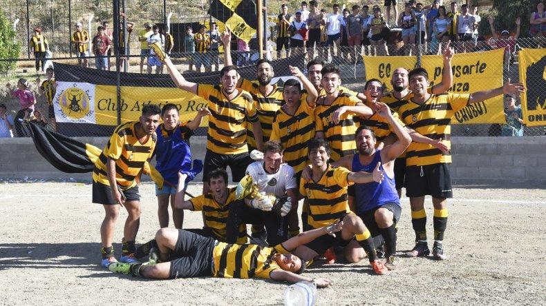Los jugadores de Rada Tilly con la copa y el apoyo de su gente.