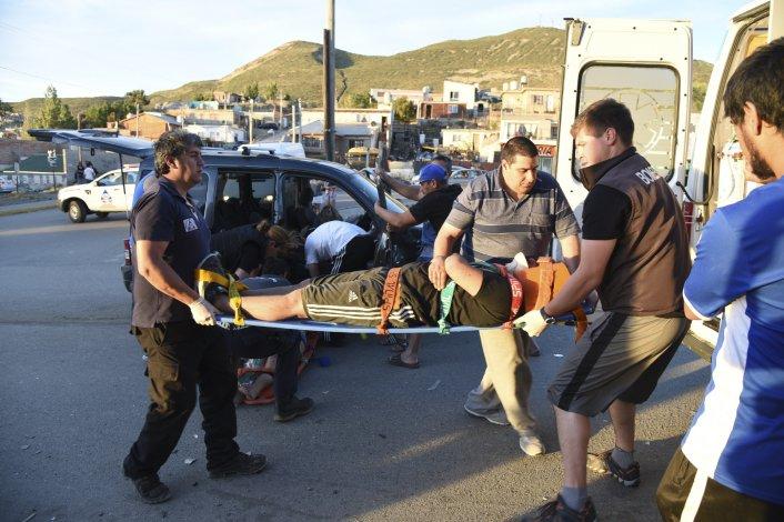 Tras el choque los dos heridos más graves ayer fueron trasladados en la misma ambulancia.