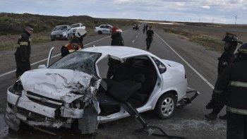 El Chevrolet Classic, quedó cruzado en la ruta y los bomberos debieron cortar las chapas para rescatar a su conductor.