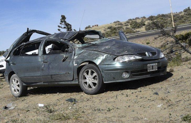 Volcó auto en rotonda del acceso sur a Caleta Olivia