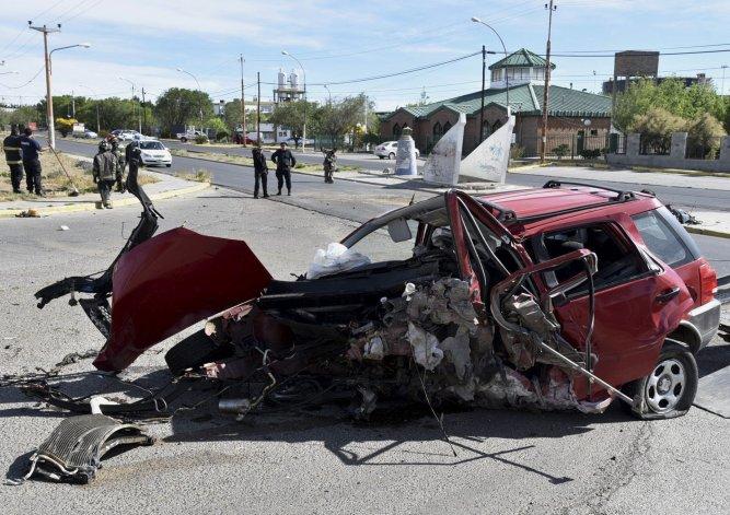 La escena del accidente era impresionante. Al fondo se observa el monolito con el que chocó la EcoSport