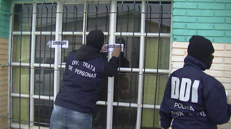 Personal de la División De Investigaciones y de la División Trata de Personas clausuraron el bar-pool Sunami. a