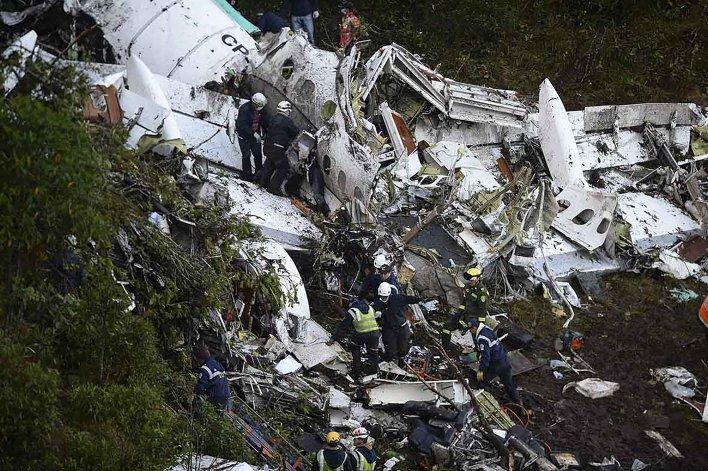 Restos del avión que transportaba a los futbolistas del Chapecoense de Brasil.