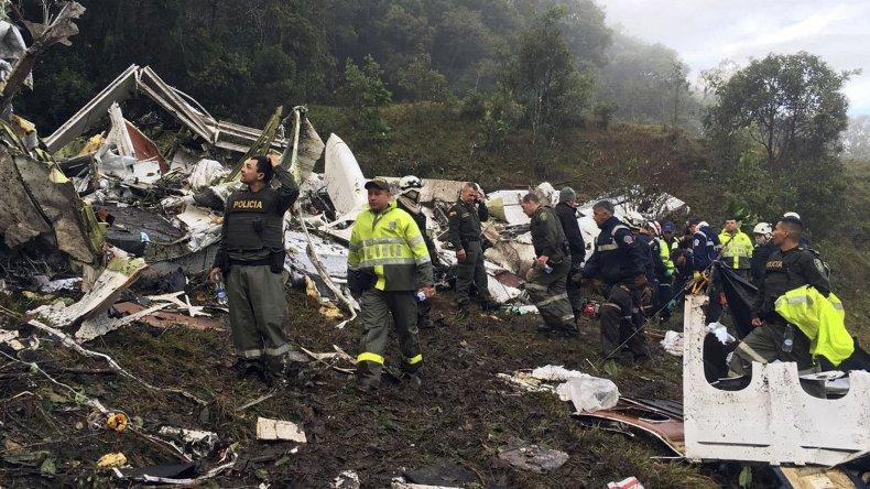 Rescatistas trabajan asistiendo a las víctimas del avión que transportaba a los futbolistas del Chapecoense de Brasil.