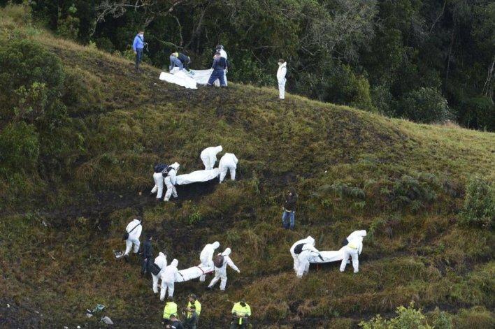 Personal de rescate buscan supervivientes entre los pasajeros del avión siniestrado en La Unión