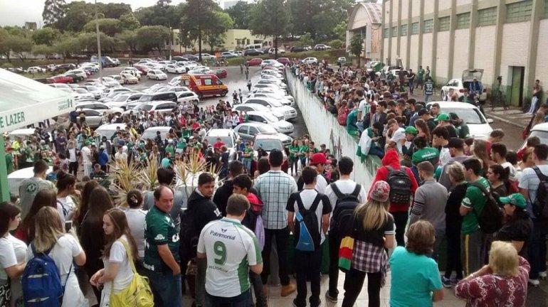 Aficcionados del equipo Chapecoense frente a la sede del club