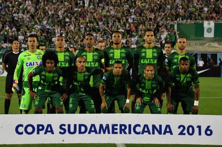 Los jugadores del Chapecoense al inicio del partido de vuelta por las semifinales de la Copa Sudamericana