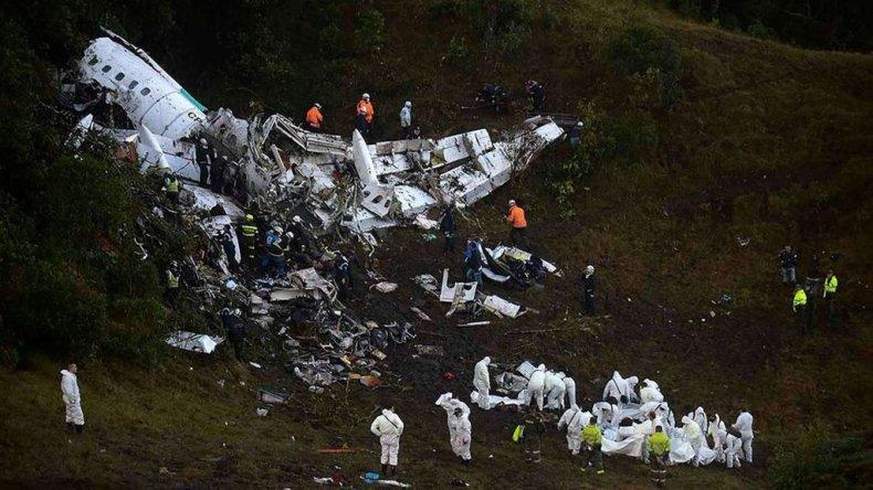 Los equipos de rescate trasladaron a las víctimas del avión que ha colisionado en las montañas de Cerro Gordo