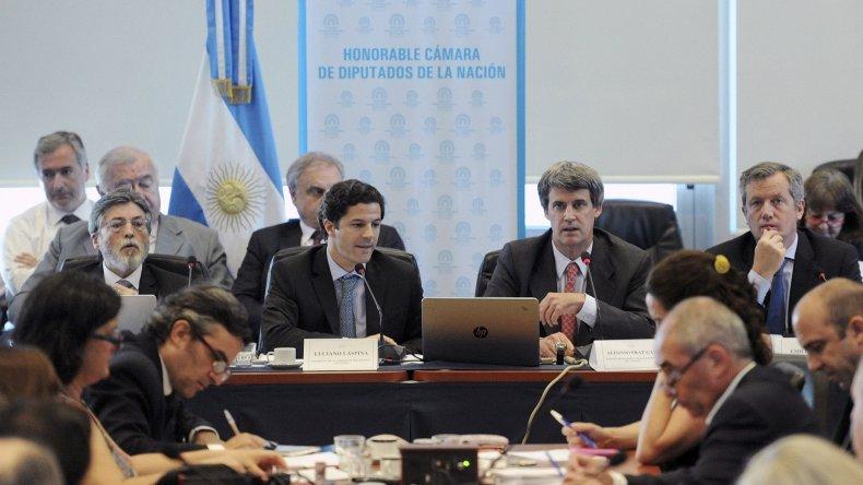 Alfonso Prat-Gay expone ante Diputados por ganancias.