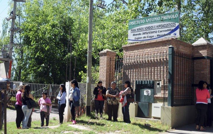 Familiares de las víctimas se manifestaron frente al Instituto Antonio Próvolo.