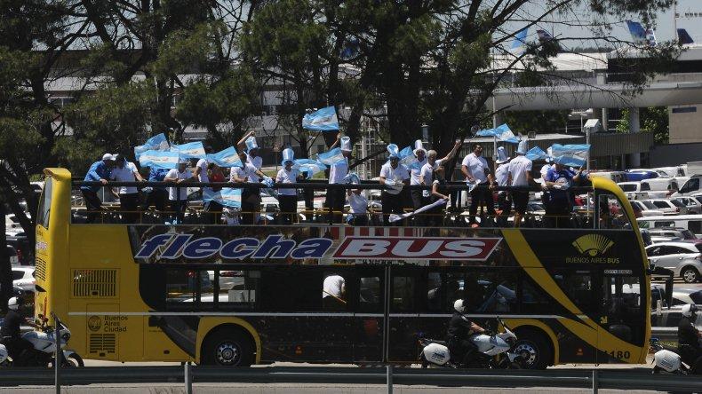 El colectivo de la alegría se dirige hasta la Casa Rosada donde luego fue homenajeado el equipo nacional.