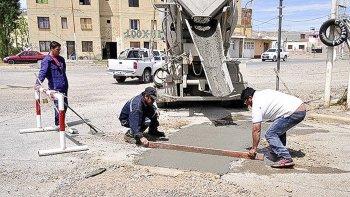 Operarios municipales se encuentran abocados al plan de bacheo que actualmente se ejecuta en el barrio 8 de Julio.