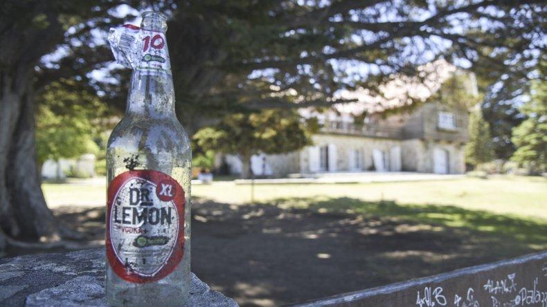 Restos de basura todavía podían encontrarse ayer en los jardines del Chalet Huergo.
