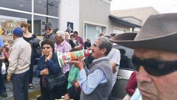 La protesta de decenas de jubilados y pensionados frente a las oficinas de PAMI local fue una escena que conmovió a toda la comunidad.