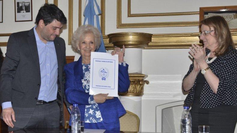 El diputado Matías Bezi le entregó a Estela de Carlotto copia de una resolución de la Legislatura por la cual se la declara personalidad destacada en la lucha por los Derechos Humanos.