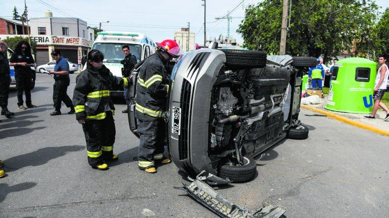 La conductora del Volkswagen Fox que intentaba cruzar la avenida Alsina quedó atrapada en el vehículo tras el choque y vuelco del automóvil.