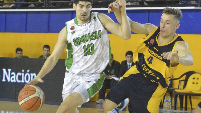 Jonathan Machuca se lleva el balón ante la marca de Lucas Pérez.