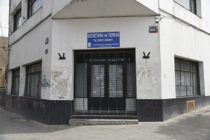 Los ladrones ingresaron por una pequeña ventana del lateral del edificio que da a la avenida Alsina.