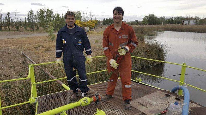 Los petroleros voluntarios fabricaron bancos con tubos y pallets de arena de fractura.