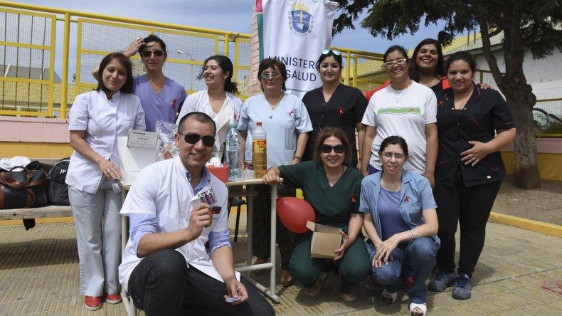 En la plaza de la escuela 83 personal de Salud informó a la población que el análisis de VIH es gratuito en todos los hospitales y centro de salud.