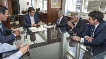 En su paso por Buenos Aires, Das Neves firmó en la sede de Vialidad Nacional la adjudicación de la obra de la doble trocha Trelew-Madryn.