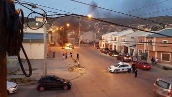 vecinos registraron el incendio de un vehiculo que sufrio perdidas totales