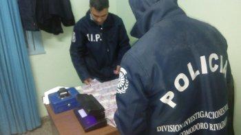 El momento en que los investigadores identifican a los sospechosos y se encuentran fortuitamente con casi 40 mil pesos falsos.