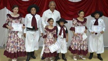 Un grupo de niños que asistieron al taller de folclore recibió sus diplomas.