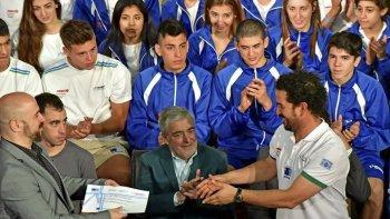 El gobernador Mario Das Neves durante el reconocimiento que le realizó ayer a los deportistas que fueron segundos en los Juegos de la Araucanía.