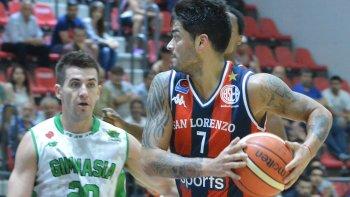 Nicolás Aguirre se lleva el balón marcado por Leonel Schattmann en el último duelo que ambos protagonizaron en Boedo.