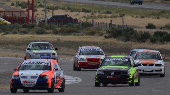 Los autos de la categoría Gol girando ayer en el autódromo de Trelew.
