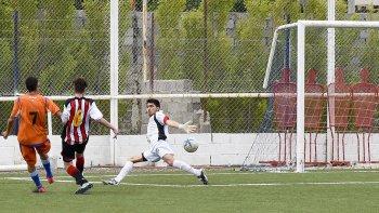 El delantero de la CAI Axel Figueroa anotó el primer gol de la tarde en Kilómetro 5, a los 8 minutos de la etapa inicial.