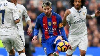 Lionel Messi intenta dominar el balón en el clásico que el Barcelona y Real Madrid empataron 1-1.