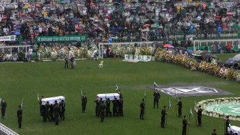 Ayer se realizó el velorio en el estadio Arena Condá de Chapecó, donde concurrió una multitud.