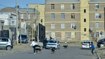 Altuna y Carrizo mantienen un enfrentamiento en esta parte del barrio Quirno Costa, el cual tiene en vilo a inocentes.
