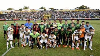 San Lorenzo, que ayer entró con la camiseta del Chapecoense de Brasil, se fotografió junto al plantel de Olimpo de Bahía Blanca.