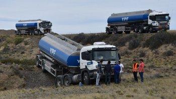 Una zanja frenó la marcha del camión cisterna afectado al transporte de combustible, luego de que se desbarrancara desde la Ruta 3, a unos 23 kilómetros al norte de Caleta Olivia.