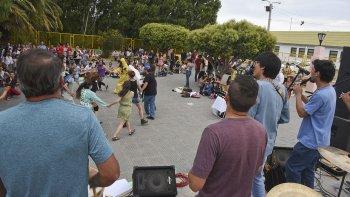 El Festival Por el Agua, Por la Vida se realizó ayer en la plaza de la Escuela 83 convocando a una gran cantidad de personas. Hubo grupos musicales como Sin Fronteras (foto).