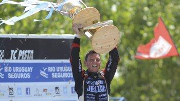Guillermo Ortelli festeja con su trofeo de campeón en el Turismo Carretera.