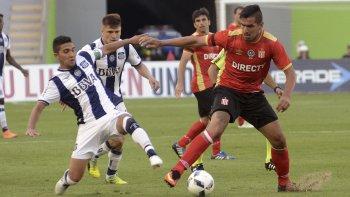 Lucas Viatri cubre el balón en el partido que Estudiantes empató ayer sin goles con Talleres de Córdoba.
