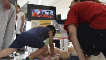 Los integrantes de la Cruz Roja ofrecieron cursos básicos de reanimación cardiopulmonar donde los más pequeños fueron los principales protagonistas.