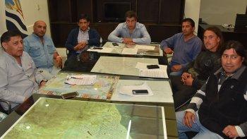 El intendente Facundo Prades y el concejal Javier Aybar recibieron ayer a dirigentes petroleros de la zona norte.