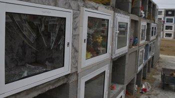 Gente desaprensiva destruyó pequeñas ventanas de nichos y también dañó tumbas.